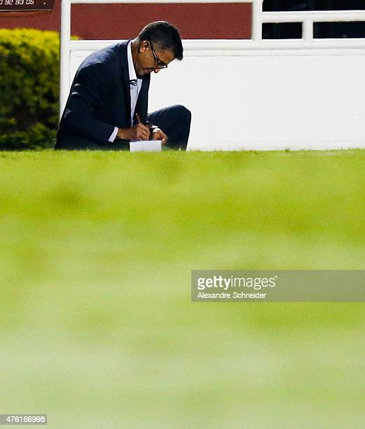 Juan Carlos Osorio coach of Sao Paulo takes notes during the match between Sao Paulo and Gremio for the Brazilian Series A 2015 at Morumbi stadium on...