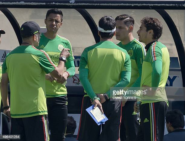 Juan Carlos Osorio coach of the Mexican National team talks to goalkeepers Alfredo Talavera Moises Munoz and Guillermo Ochoa during a training...