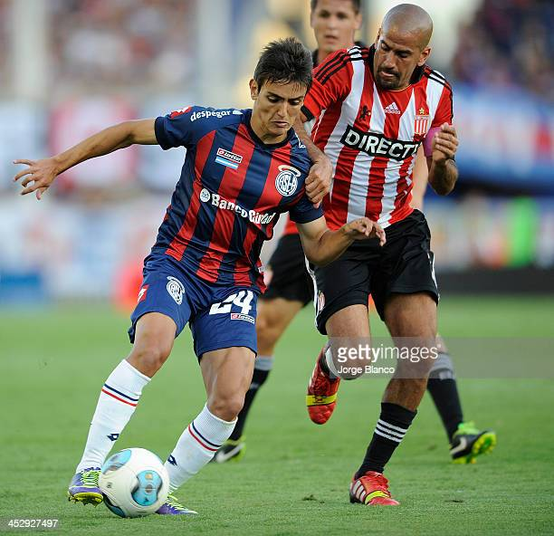 Juan Cavallaro of San Lorenzo fights for the ball with Juan Sebastian Veron of Estudiantes during a match between San Lorenzo and Estudiantes as part...