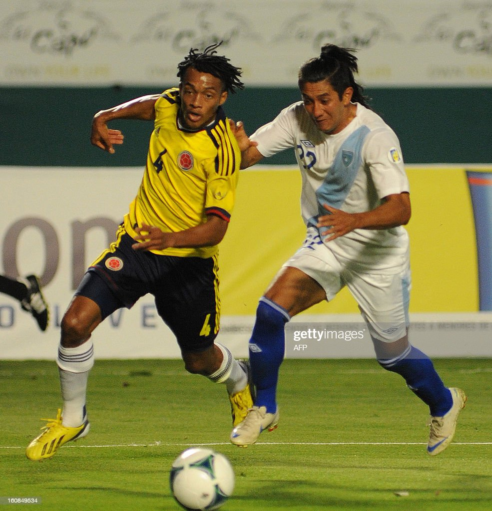 Juan Cuadrado #4 of Colombia (L) vies for the ball against Johnny Giron #22 of Guatemala (R) at Sun Life Stadium on February 6, 2013 in Miami, Florida. AFP PHOTO / Gaston de Cardenas