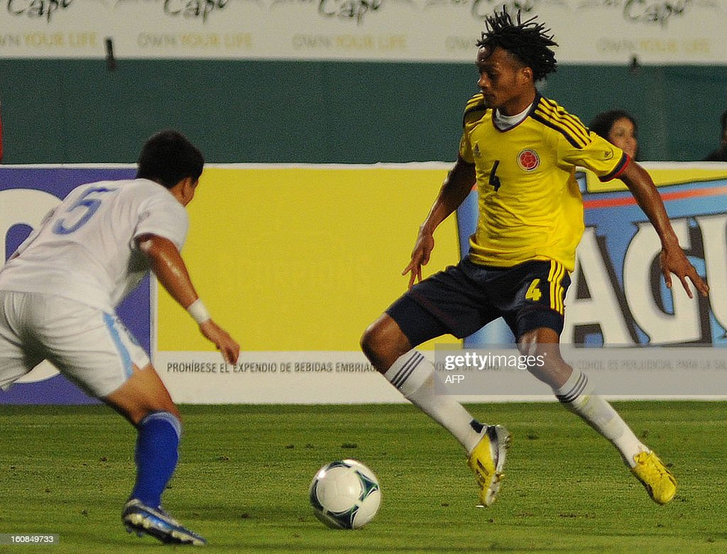 Juan Cuadrado #4 of Colombia (R) vies for the ball against Rafael Morales #5 of Guatemala (L) at Sun Life Stadium on February 6, 2013 in Miami, Florida. AFP PHOTO / Gaston de Cardenas