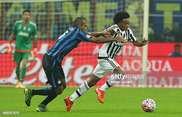 Juan Cuadrado of Juventus FC competes for the ball with oJuan Guilherme Nunes Jesus FC Internazionale Milano during the Serie A match between FC...