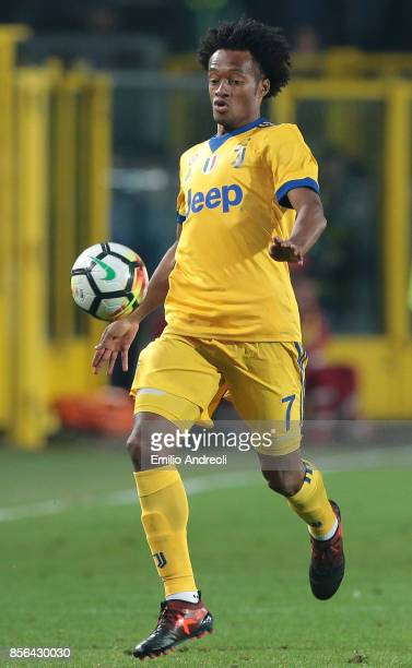 Juan Cuadrado of Juventus FC controls the ball during the Serie A match between Atalanta BC and Juventus at Stadio Atleti Azzurri d'Italia on October...
