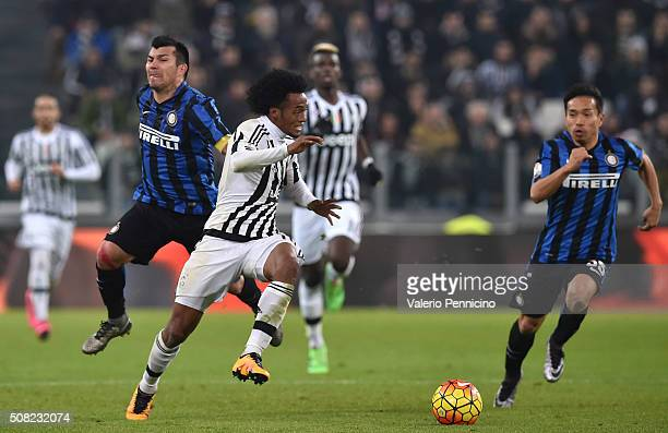 Juan Cuadrado of Juventus FC is challenged by Gary Medel of FC Internazionale Milano during the TIM Cup match between Juventus FC and FC...