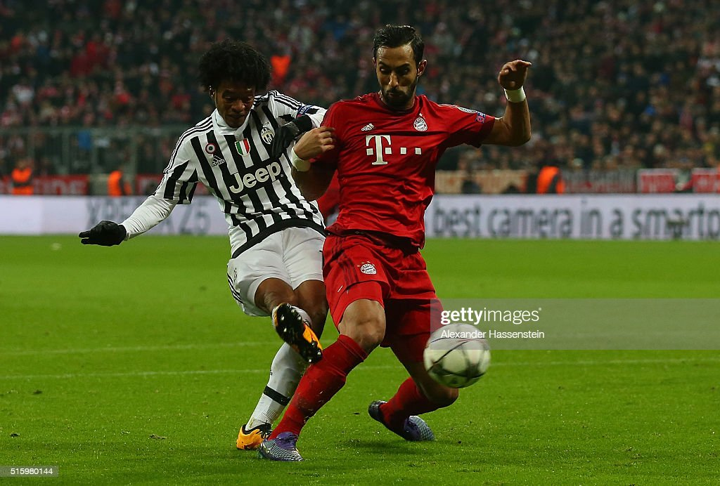Juan Cuadrado (L) of Juventus scores his team's second goal during the UEFA Champions League round of 16, second Leg match between FC Bayern Muenchen and Juventus at the Allianz Arena on March 16, 2016 in Munich, Germany.