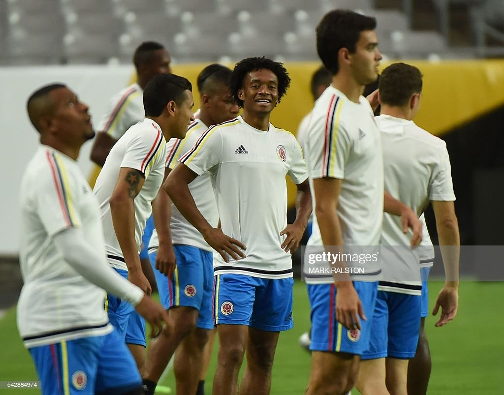 Juan Cuadrado (C) trains with other members of the Colombia team on the eve of their COPA America 2016 3rd place final soccer match against the US at the University of Phoenix Stadium in Phoenix, Arizona on June 24, 2016. / AFP / Mark Ralston