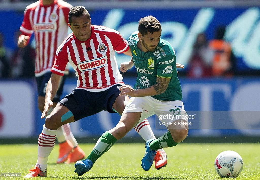 Juan Cuevas of Leon (R) vies for the ball with Edwin Hernandez of Guadalajara, during their Mexican Clausura tournament football match at the Omnilife stadium on February 14, 2016, in Guadalajara City. AFP PHOTO/VICTOR STRAFFON / AFP / VICTOR STRAFFON