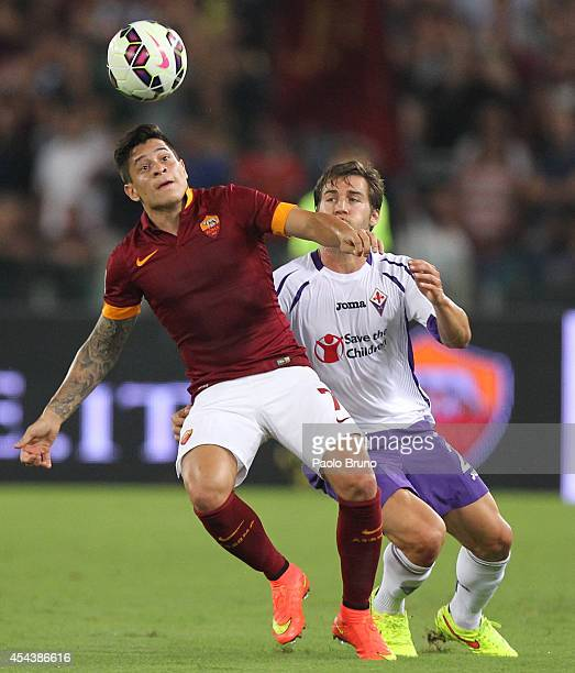 Juan Iturbe of AS Roma competes for the ball with Joshua Brillante of ACF Fiorentina during the Serie A match between AS Roma and ACF Fiorentina at...