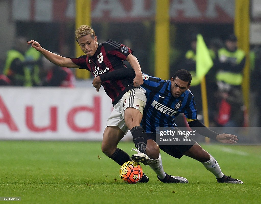 Juan Jesus of FC Internazionale (R) and Keisuke Honda of AC Milan compete for the ball during the Serie A match between AC Milan and FC Internazionale Milano at Stadio Giuseppe Meazza on January 31, 2016 in Milan, Italy.