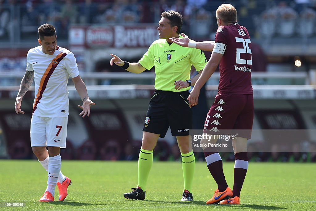 <a gi-track='captionPersonalityLinkClicked' href=/galleries/search?phrase=Juan+Manuel+Iturbe&family=editorial&specificpeople=7492436 ng-click='$event.stopPropagation()'>Juan Manuel Iturbe</a> (L) of AS Roma reacts to referee Massimiliano Irrati during the Serie A match between Torino FC and AS Roma at Stadio Olimpico di Torino on April 12, 2015 in Turin, Italy.