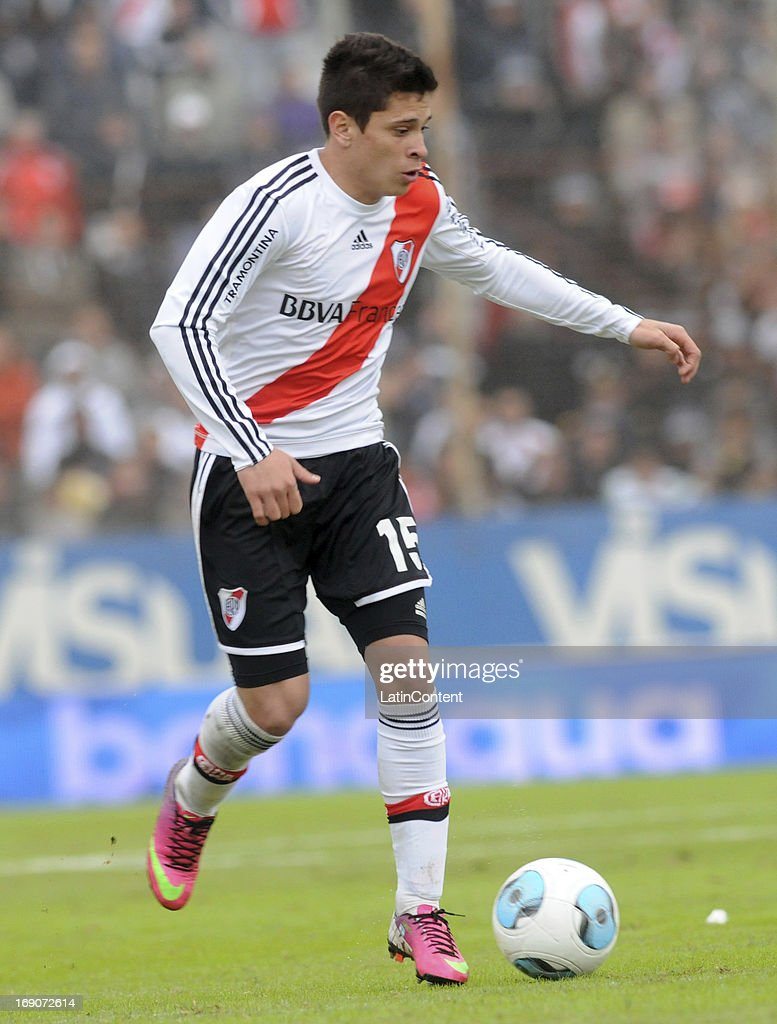 <a gi-track='captionPersonalityLinkClicked' href=/galleries/search?phrase=Juan+Manuel+Iturbe&family=editorial&specificpeople=7492436 ng-click='$event.stopPropagation()'>Juan Manuel Iturbe</a> of River Plate in action during a match between Union de Santa Fe and River Plate as part of the Torneo Final 2013 at 15 de Abril stadiun on May 19, 2013 in Santa Fe, Argentina.