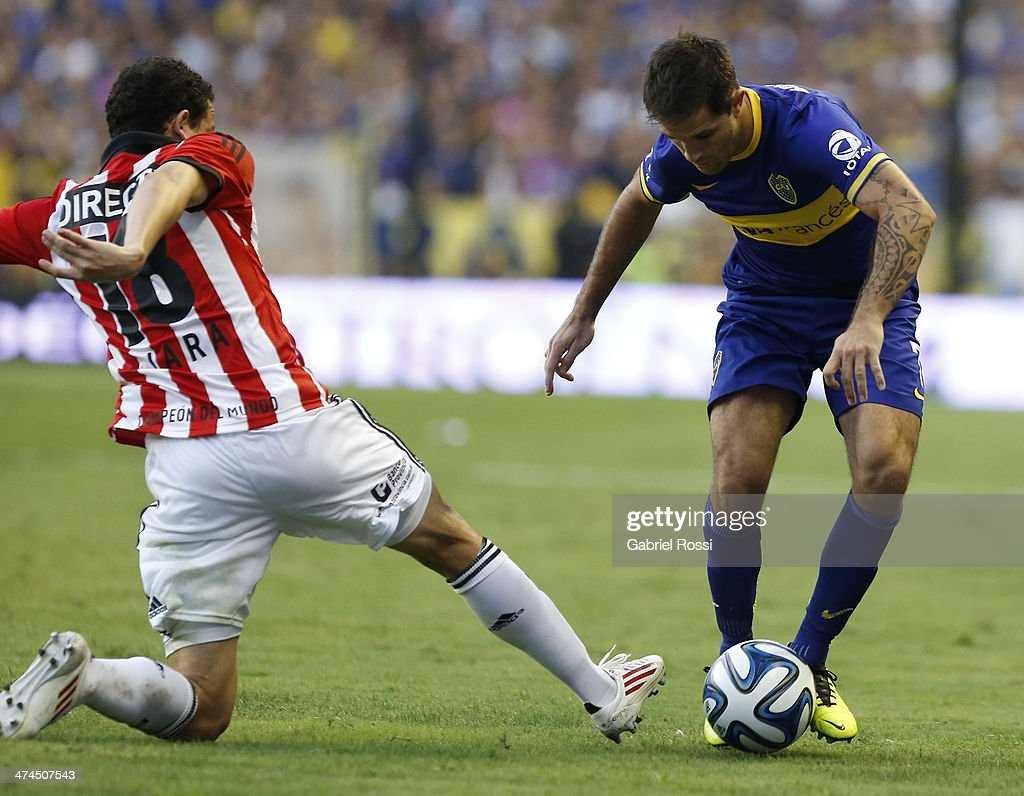 Juan Martinez of Boca Juniors fights for the ball with Leonardo Jara of Estudiantes during a match between Boca Juniors and Estudiantes as part of forth round of Torneo Final 2014 at Estadio Unico de La Plata on February 23, 2014 in La Boca, Buenos Aires, Argentina.