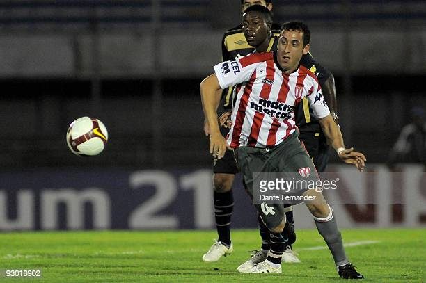 Juan Ortiz of Uruguay's River Plate vies for the ball with Ulises de la Cruz of Ecuador's LDU Quito during their semifinal round match of the 2009...