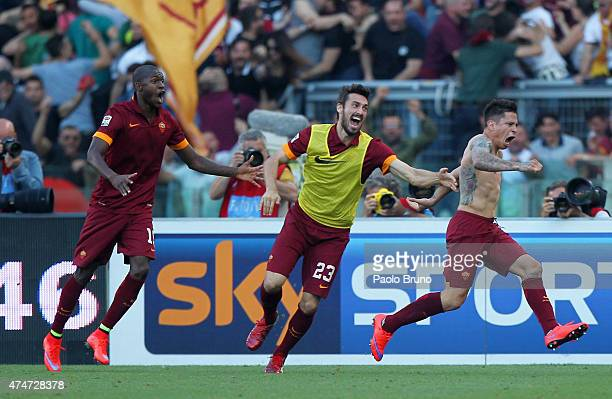 Juan Pablo Iturbe with his teammates of AS Roma celebrates after scoring the opening goal during the Serie A match between SS Lazio and AS Roma at...