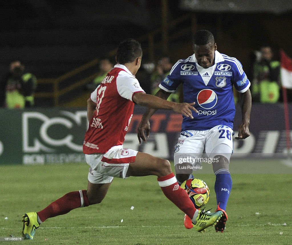 Juan Roa of Independiente Santa Fe fights for the ball with Alex Diaz of Millonarios during a match between Independiente Santa Fe and Millonarios as part of the Liga Postobon II at Nemesio Camacho Stadium on September 21, 2013 in Bogota, Colombia.