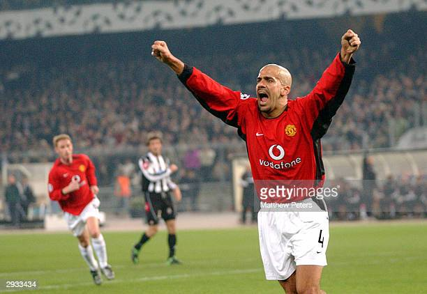 Juan Sebastian Veron celebrates after Ryan Giggs scores Man Utd's first goal of the match during the UEFA Champions League Group D match between...