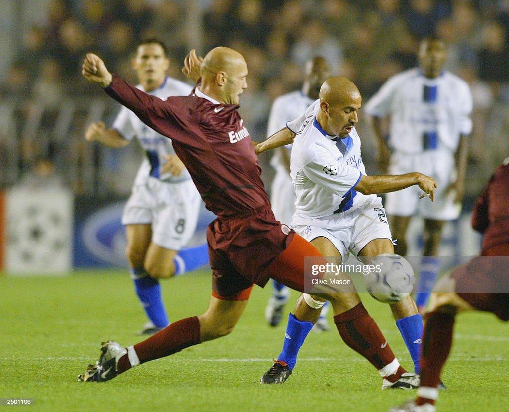Juan Sebastian Veron of Chelsea battles with Petr Johana