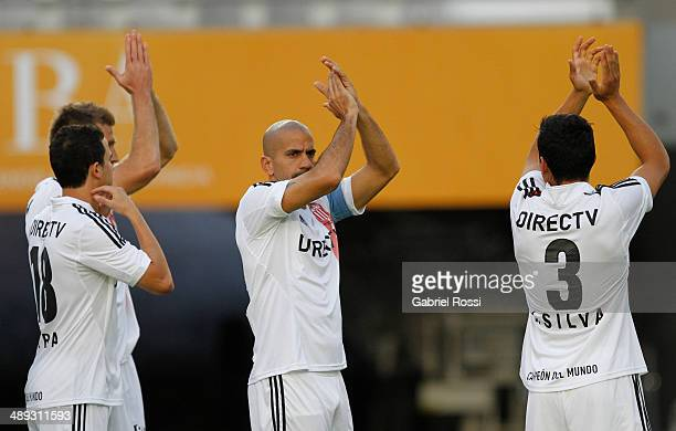 Juan Sebastian Veron of Estudiantes and teammates cheers before the match between Estudiantes and San Lorenzo as part of Torneo Final 2014 at Ciudad...