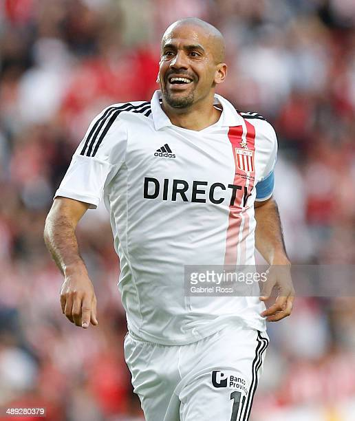 Juan Sebastian Veron of Estudiantes celebrates the second goal of his team scored by Franco Jara during a match between Estudiantes and San Lorenzo...