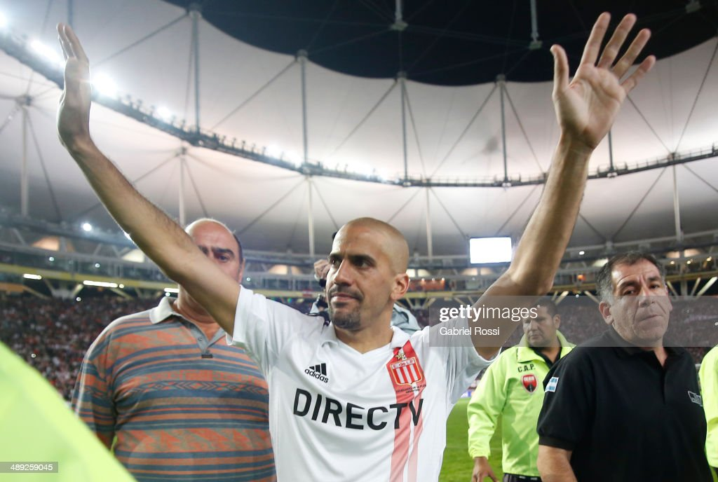 <a gi-track='captionPersonalityLinkClicked' href=/galleries/search?phrase=Juan+Sebastian+Veron&family=editorial&specificpeople=214178 ng-click='$event.stopPropagation()'>Juan Sebastian Veron</a> of Estudiantes cheers after the match between Estudiantes and San Lorenzo as part of Torneo Final 2014 at Ciudad de La Plata Stadium on May 10, 2014 in La Plata, Argentina.