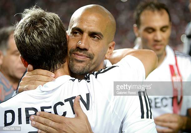 Juan Sebastian Veron of Estudiantes cheers Gaston Gil Romero of Estudiantes after the match between Estudiantes and San Lorenzo as part of Torneo...
