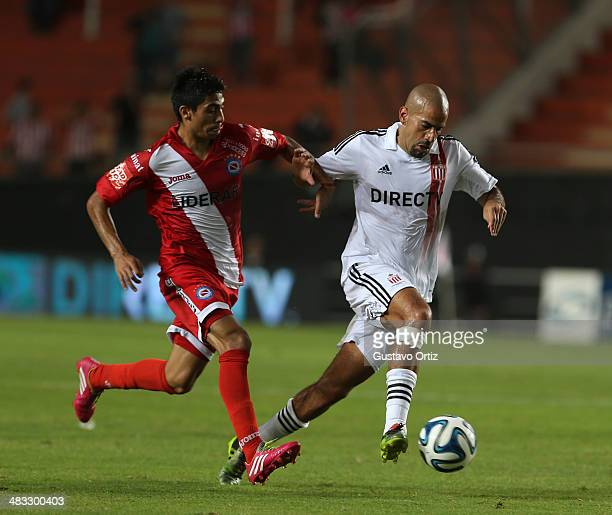 Juan Sebastian Veron of Estudiantes in action during a match between Estudiantes and Argentinos Juniors as part of 12th round of Torneo Final 2014 at...