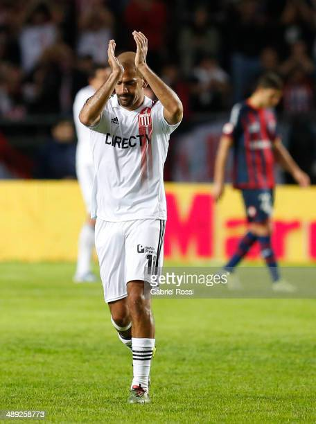 Juan Sebastian Veron of Estudiantes leaves the field during a match between Estudiantes and San Lorenzo as part of Torneo Final 2014 at Ciudad de La...