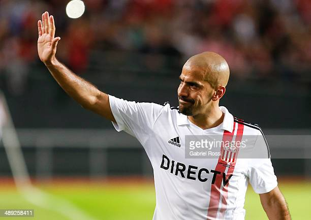 Juan Sebastian Veron of Estudiantes leaves the field greeting his fans during a match between Estudiantes and San Lorenzo as part of Torneo Final...