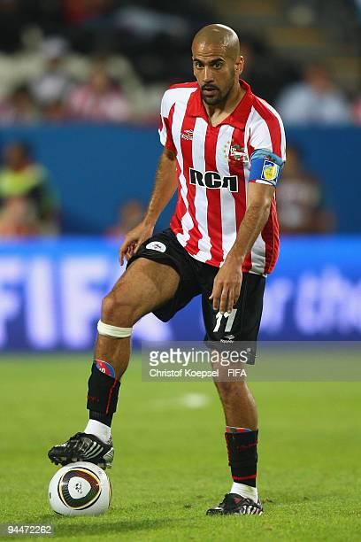 Juan Sebastian Veron of Estudiantes LP runs with the ball during the FIFA Club World Cup semifinal match between Pohang Steelers and Estudiantes LP...