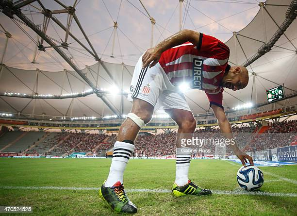 Juan Sebastian Veron of Estudiantes takes a corner kick during a match between Estudiantes and Lanus as part of third round of Torneo Final 2014 at...