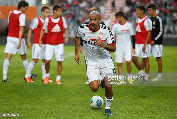 Juan Sebastian Veron of Estudiantes warms up before a match between Estudiantes and Rosario Central as part of Torneo Inicial at Ciudad de La Plata...