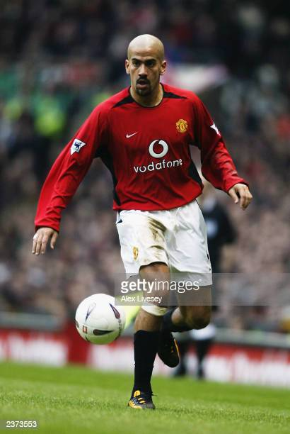 Juan Sebastian Veron of Manchester United runs with the ball during the FA Cup fourth round match between Manchester United and West Ham United held...