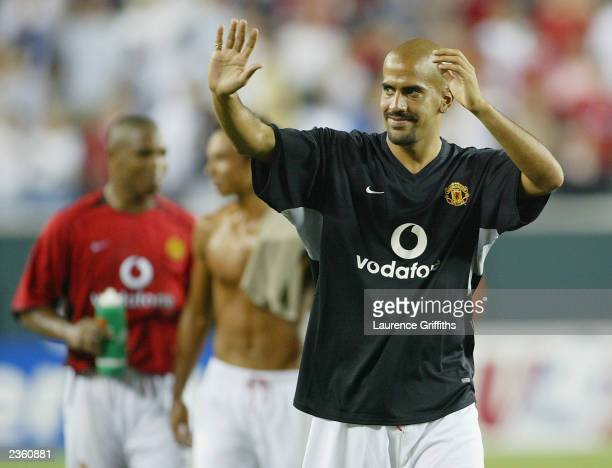 Juan Sebastian Veron of Manchester United waves goodbye the fans at the end of the USA tour during the team lineups during the Champions World Series...