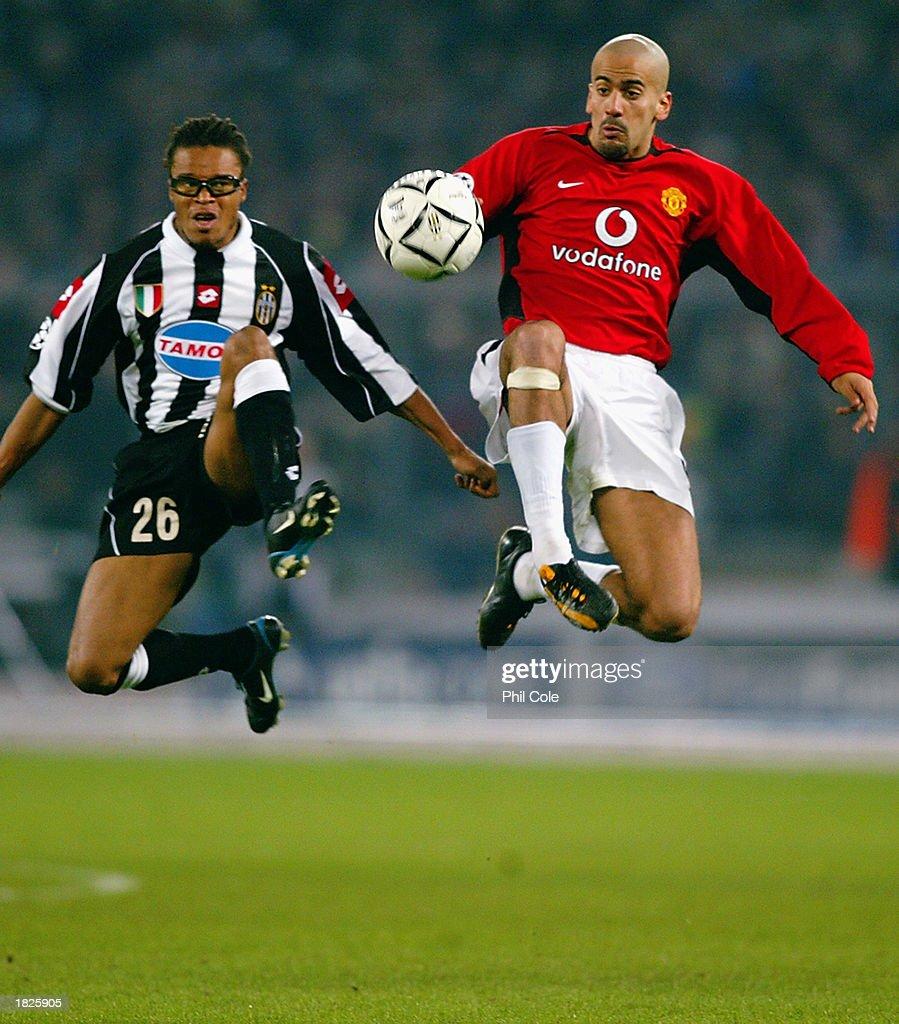 Juan Sebastian Veron of Manchester United and Edgar Davids of