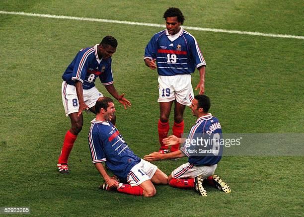 3 FRANKREICH FUSSBALLWELTMEISTER 1998 jubel 02 TORJUBEL FRA Torschuetze Zinedine ZIDANE Marcel DESAILLY Christian KAREMBEU Youri DJORKAEFF