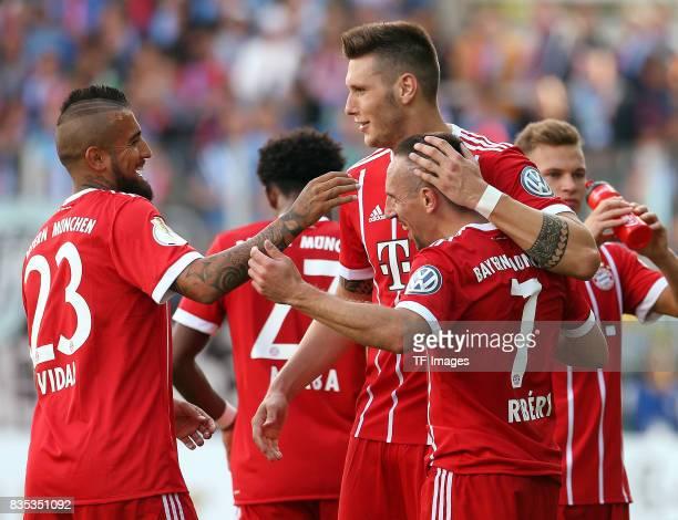 Jubel der Mannschaft nach dem Spiel vl Arturo Vidal of Bayern Muenchen mit Franck Ribery of Bayern Muenchen controls the ball during the DFB Cup...