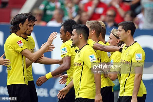 Jubelder BVB Spieler mit PierreEmerick Aubameyang Neven Subotic Mats Hummels Ilkay Gündogan Robert Lewandowski mit dem dreifachen Torschützen...