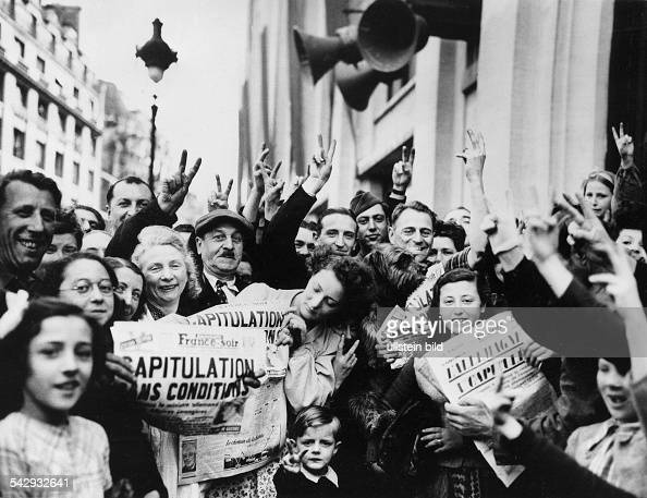 Jubelnde Bevölkerung anlässlich der Kapitulation der deutschen Wehrmacht