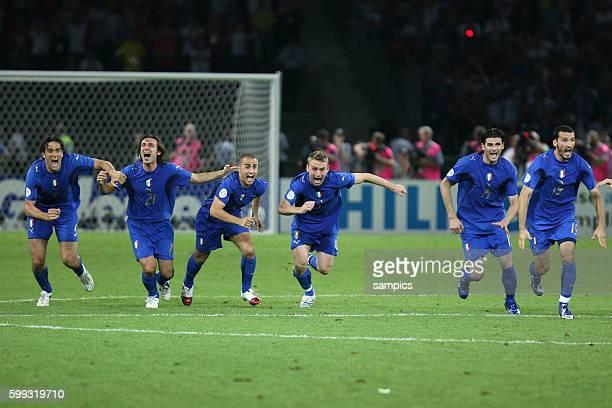 Jubelnde Italien Spieler nach dem letzten Elfmeter Weltmeisterschaftsfinale WM Finale Italien Frankreich world cup final Italy against france Fifa...