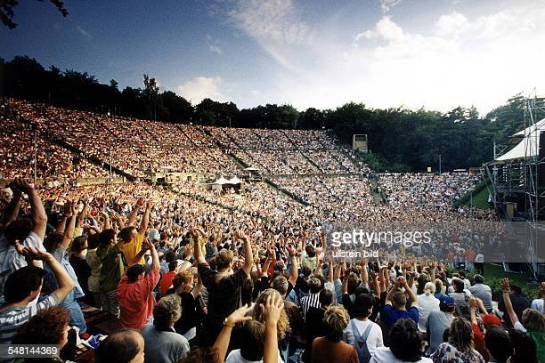 jubelnde Zuschauer in der OpenAirBühne während eines Konzerts von Wolfgang Petry