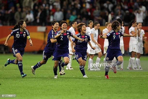 Jubelsturm nach dem letzten Elfmeter Homare Sawa Japan Aya Sameshima Japan Yukari Kinga Japan Mana Iwabuchi und Nahomi Kawasumi Japan Finale final...
