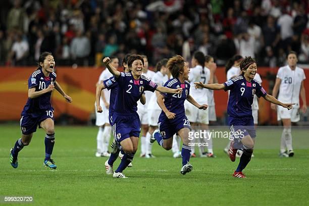 Jubelsturm nach dem letzten Elfmeter Homare Sawa Japan Yukari Kinga Japan Mana Iwabuchi und Nahomi Kawasumi Japan Finale final Japan USA FifA Frauen...