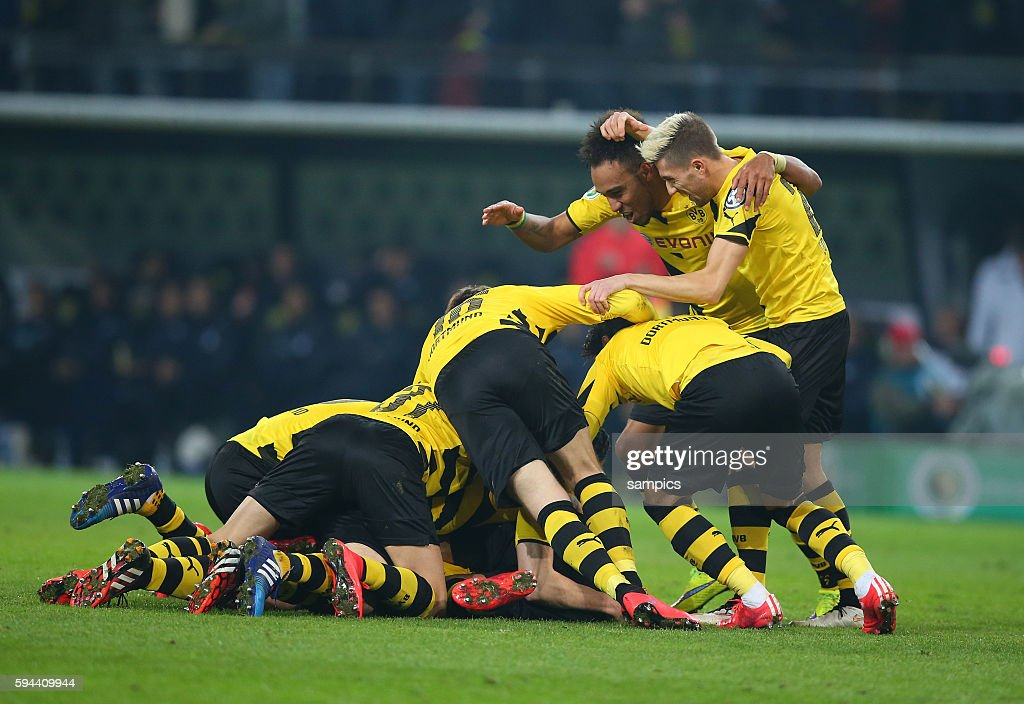 jubeltraube über Sebastian Kehl mit Pierre Emerick Aubameyang Kevin Kampl Fussball DFB Pokal Viertelfinale BVB Borussia Dortmund TSG 1899 Hoffenheim