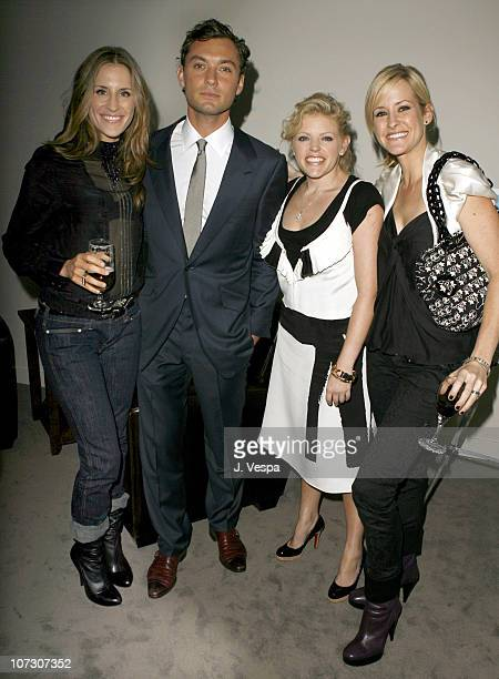 Jude Law with Emily Robison Natalie Maines and Martie Maguire of Dixie Chicks