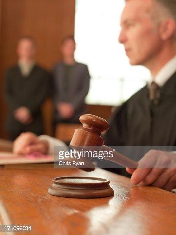 裁判官保持小槌の法廷