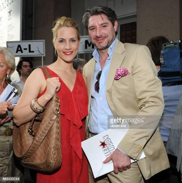 Judith Rakers mit Ehemann Andreas Pfaff vor dem ThaliaTheater in Hamburg Premiere von der Tanzshow_ Ballet Revolucion_
