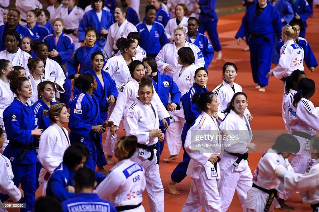 Judokas take part in the international Paris Grand Slam 2016 training at the sporthall Carpentier in Paris on February 9, 2016. AFP PHOTO/MIGUEL MEDINA / AFP / MIGUEL MEDINA