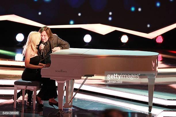 Juergen Drews der deutsche Schlagersaenger mit seiner Ehefrau Ramona bei der TVShow 'WillkommenbeiCarmenNebel' in Bremen