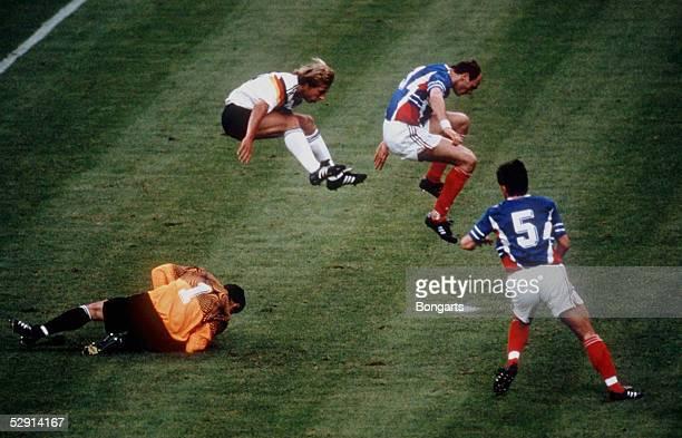 WM 1990 in Italien GER YUG 41 Juergen KLINASMANN und SPASIC springen ueber Torwart IVKOVOIC