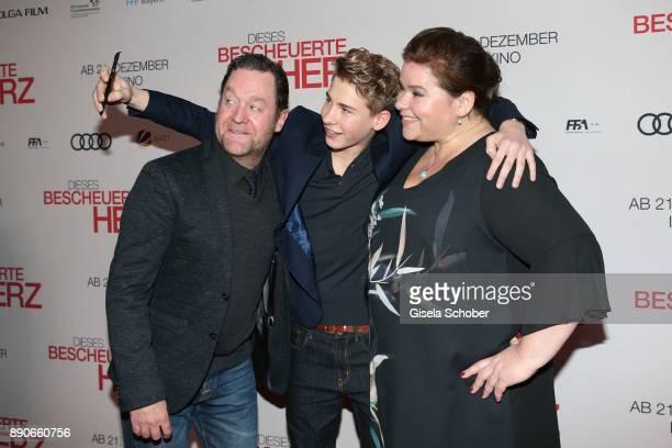 Juergen Tonkel Philip Noah Schwarz and Nadine Wrietz take a selfie during the 'Dieses bescheuerte Herz' premiere at Mathaeser Filmpalast on December...